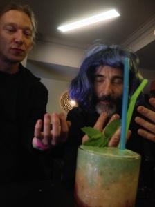 Das ist ein Gender-Cocktail, blau und rosa. Die Männer im Hintergrund: Anarchisten. Foto: Katrin Pinetzki